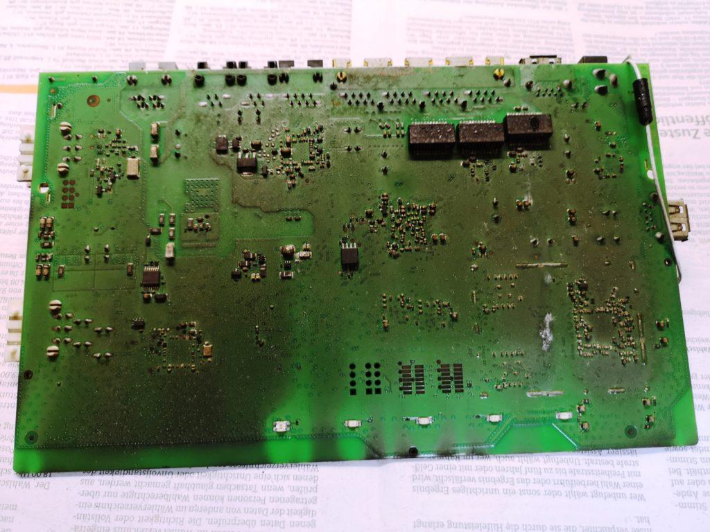 Rückseite der FritzBox Platine vor Reinigung